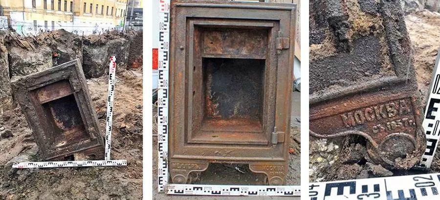 Старинный сейф со следами взлома. Фото © Mos.ru