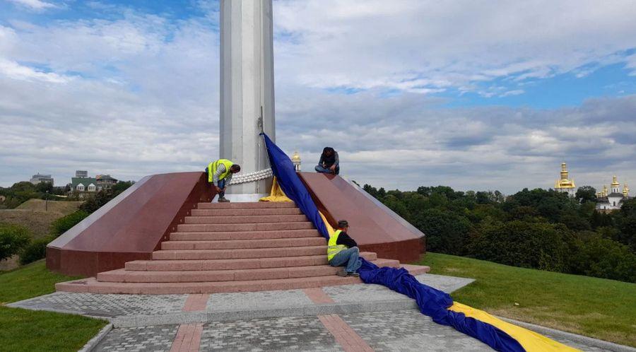 """<p>Фото © <a href=""""https://vesti.ua/kiev/porvalsya-samyj-bolshoj-flag-ukrainy-foto"""" target=""""_blank"""" rel=""""noopener noreferrer"""">Vesti.ua</a></p>"""