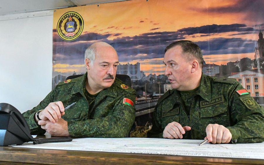 <p>Президент Белоруссии Александр Лукашенко и министр обороны Виктор Хренин. Фото © EPA</p>