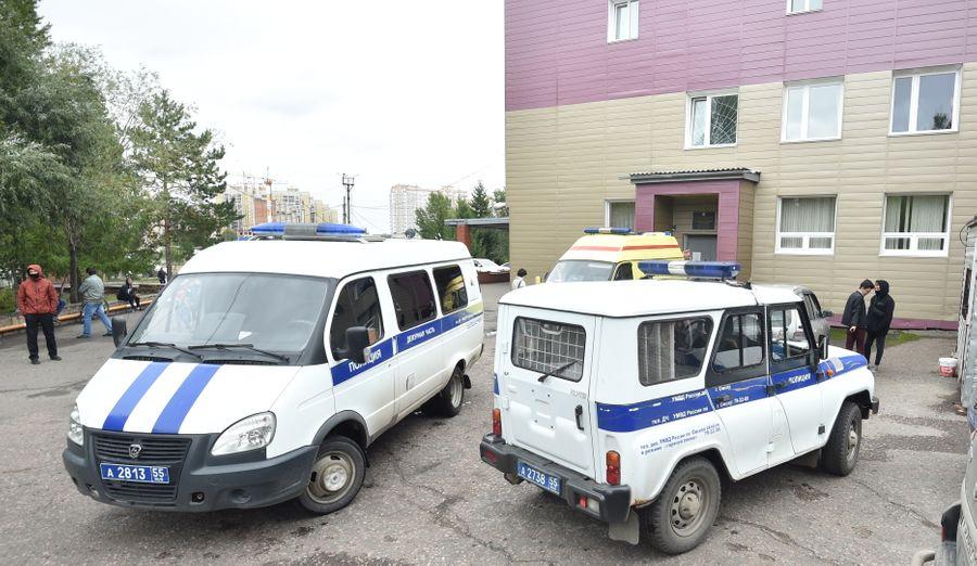 <p>Автомобили полиции у здания больницы скорой медицинской помощи № 1 в Омске. Фото © ТАСС / EPA / MAXIM KARLAYEV</p>
