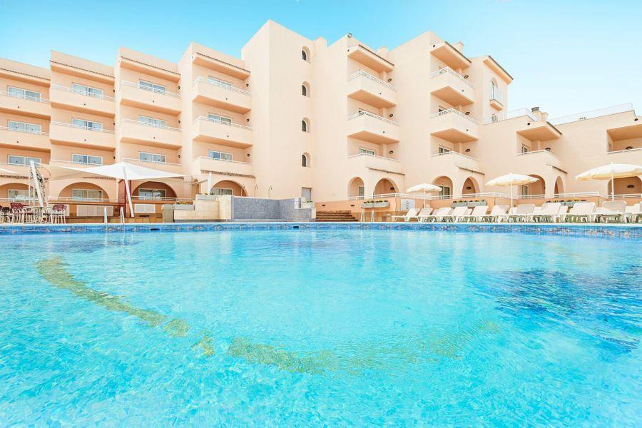 Возможные активы семьи Игоря Лебедева: трёхзвёздочный отель на Ибице Azuline Hotel-Apartamento Rosamar. Фото © Facebook / AzuLinehotels