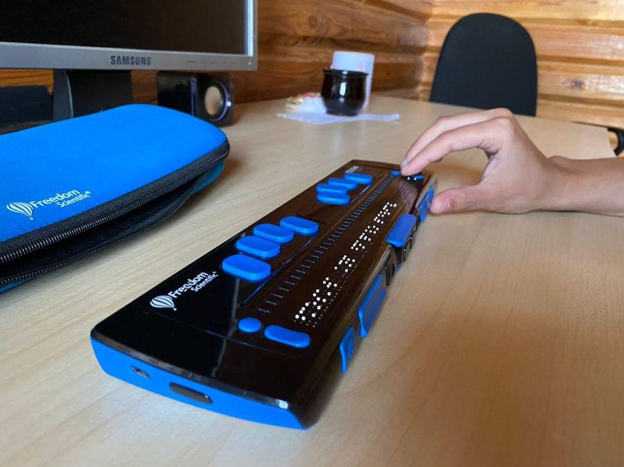 Устройство, благодаря которому слабовидящие могут работать на компьютере и смартфоне. Фото © LIFE