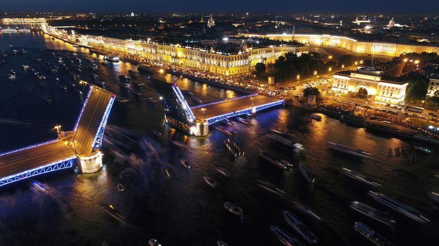 <p>Вид на разведённый Дворцовый мост через реку Неву, Эрмитаж и Дворцовую площадь. Фото © ТАСС / Пётр Ковалев</p>