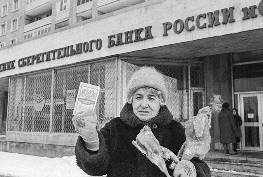 Пенсионерка Н.М. Кирпичникова с покупками, на которые хватило размера компенсации. Фото © ТАСС / Набатов Юрий