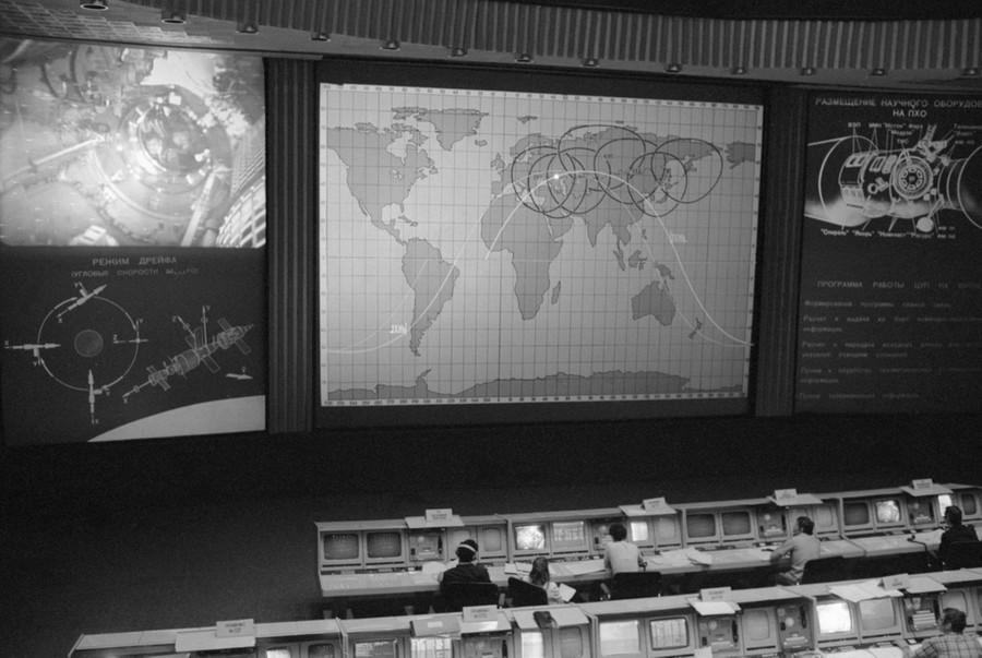 В Центре управления полётом. Фото © Фотохроника ТАСС / Кузьмин Валентин