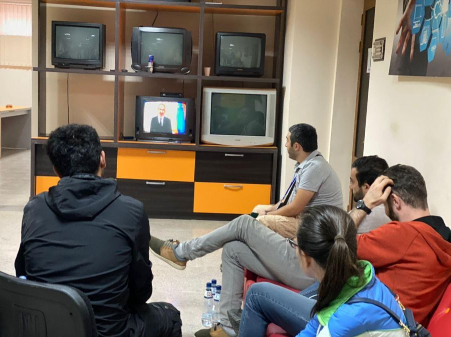 Жители Степанакерта смотрят обращение Пашиняна. Фото: LiFE