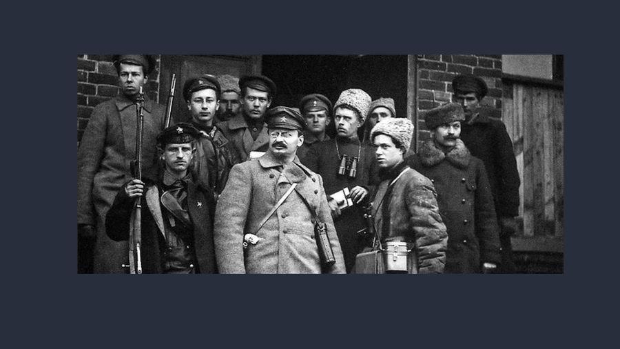 Лев Троцкий (в центре). Фото © Public Domain