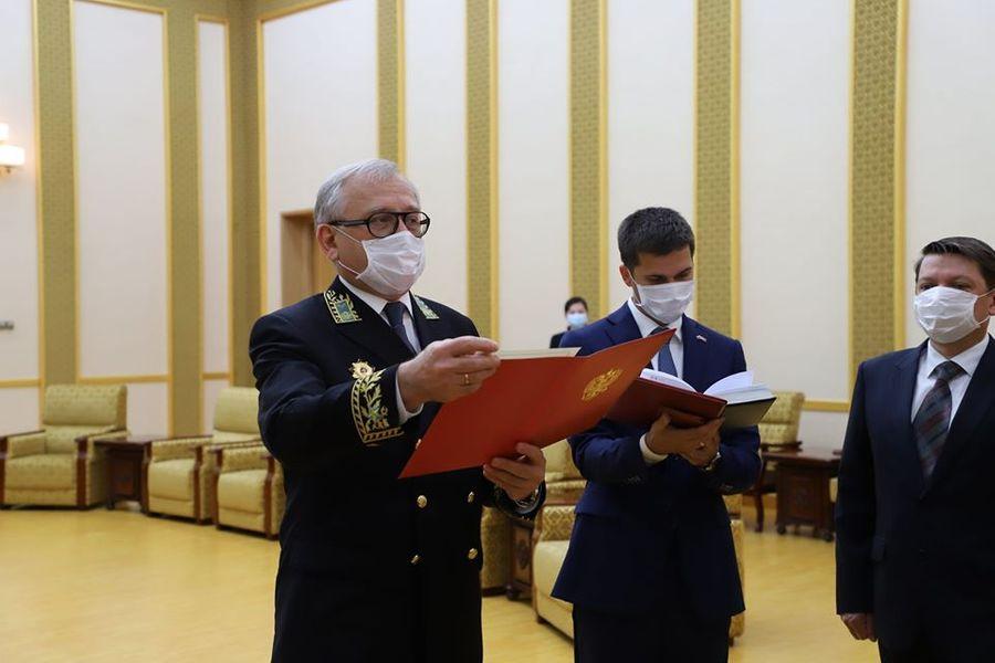 Министр иностранных дел Ли Сон Гвон получил медаль для председателя Госсовета КНДР Ким Чен Ына. Фото © Посольство России в КНДР