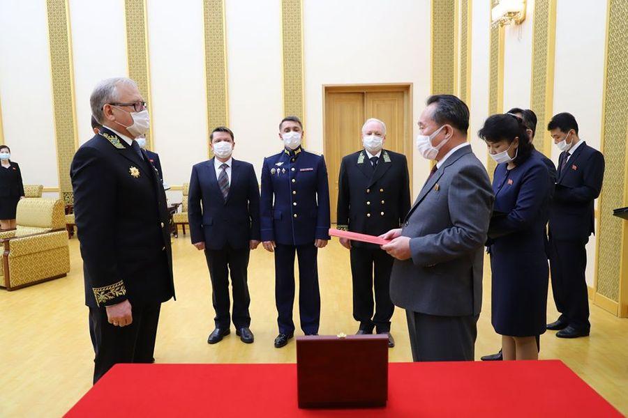 Министр иностранных дел Ли Сон Гвон получил медаль для педседателя Госсовета КНДР Ким Чен Ына. Фото © Посольство России в КНДР