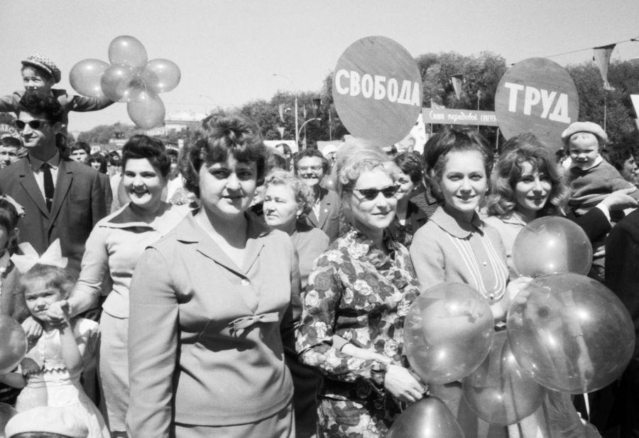 """С 1972 года называют по-другому. Из Дня интернационала он стал Днём международной солидарности трудящихся. В народе закрепилось название """"флаги и фляги"""". Люди выходили погулять, втихаря выпить и помахать знамёнами. Фото © Фотохроника ТАСС"""