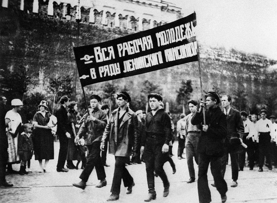 """Обязательные демонстрации на Красной площади вошли в моду в начале 1930-х годов при Сталине. Тогда утвердился """"золотой стандарт социалистического праздника"""": когда дружные колонны рабочих и крестьян с флагами идут мимо Мавзолея. Фото © ТАСС"""