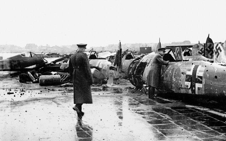 Главный маршал авиации Новиков (справа, у самолёта) и командарм Руденко осматривают уничтоженную авиацию противника на аэродроме Темпельгоф.  Фото © Минобороны РФ