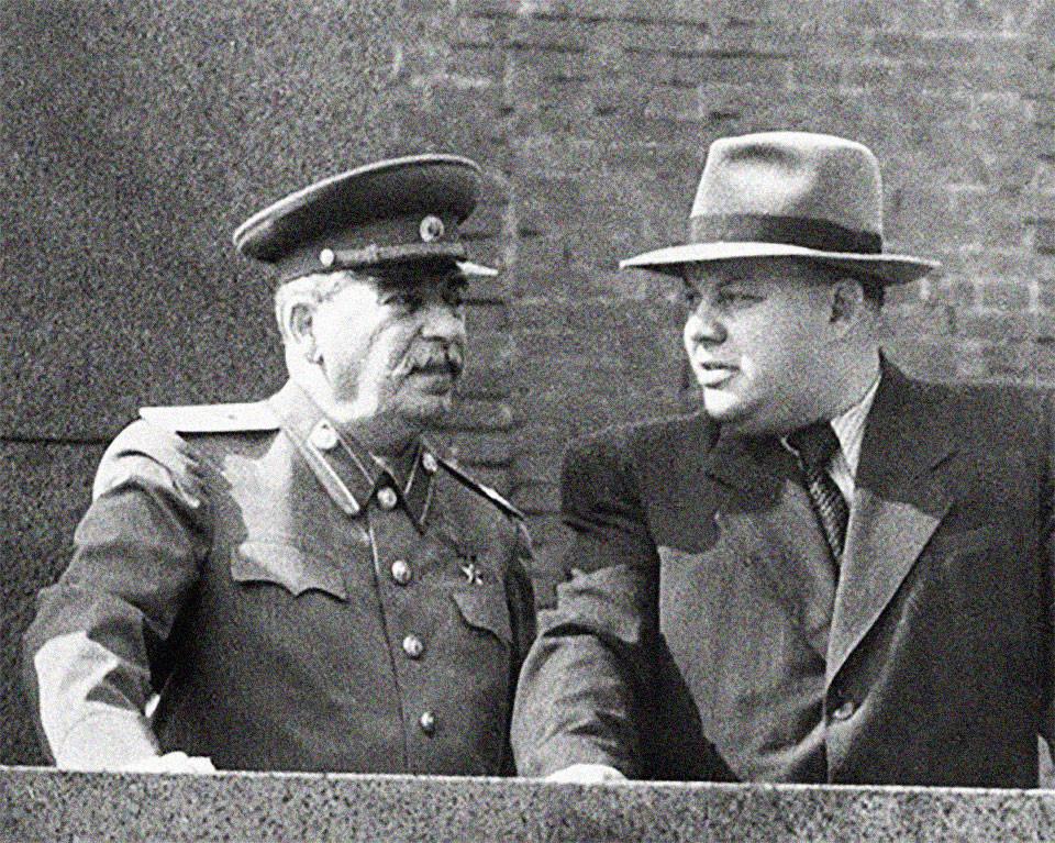 Сталин и Вознесенский. Фото © Public Domain