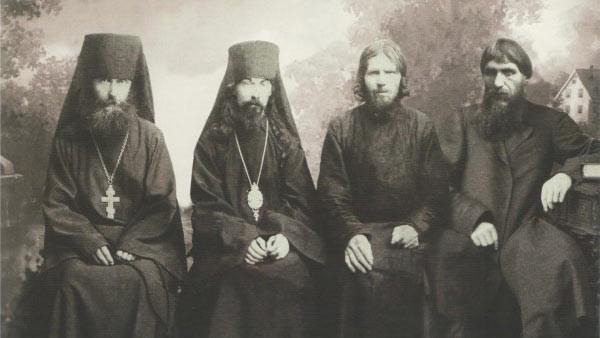 Слева направо: казначей Верхотурского монастыря иеромонах Иоанникий (Малков), епископ Феофан (Быстров), монах Макарий (Поликарпов) и Григорий Распутин. Фото: © wikimedia.org