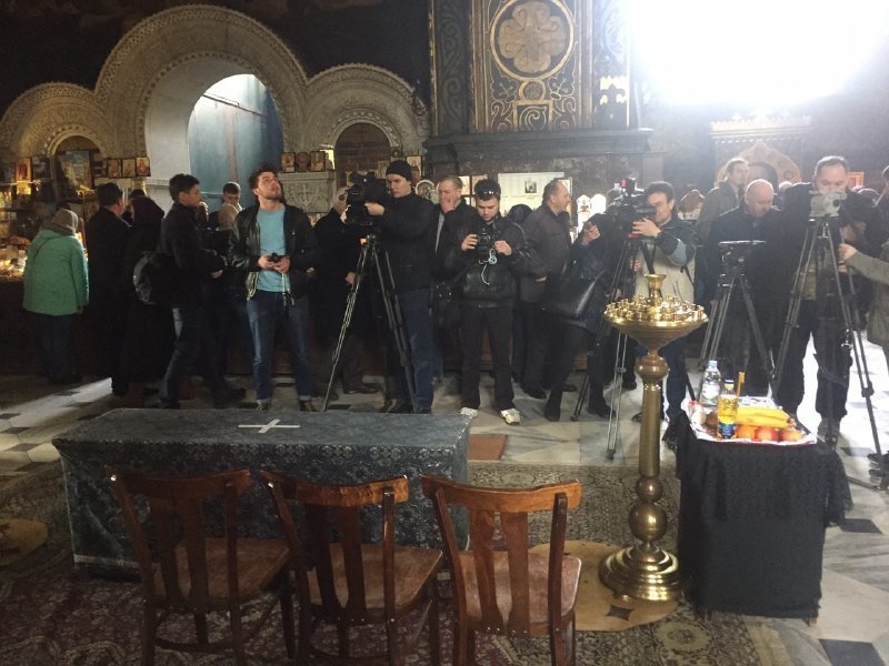Отпевание проходит внутри Владимирского собора. Фото: LIFE