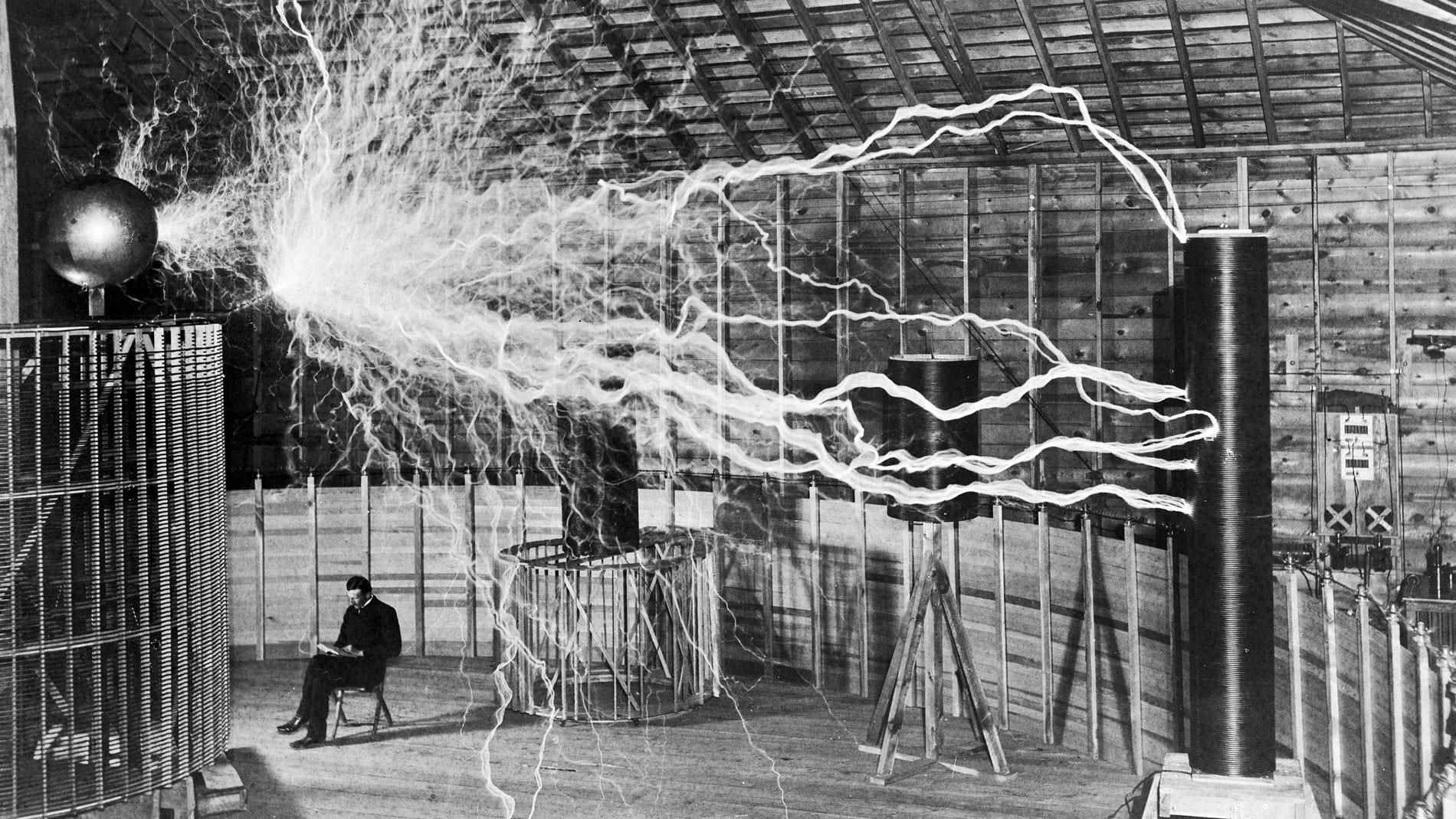 Никола Тесла в лаборатории в Колорадо-Спрингс. Начало 1900-х годов Фото © wikipedia