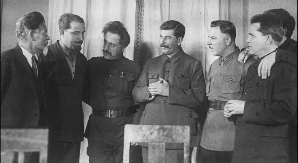 На 50-летии Иосифа Сталина, 21 декабря 1929 года. Г.К. Орджоникидзе третий слева. Фото © Wikipedia