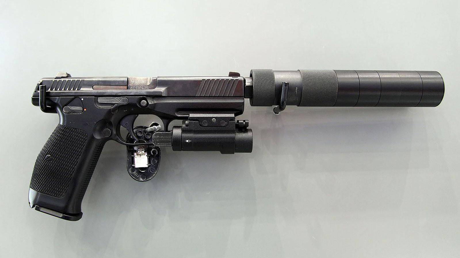 Пистолет Лебедева ПЛ-15 с глушителем и фонарём. Фото: © Wikimedia Commons