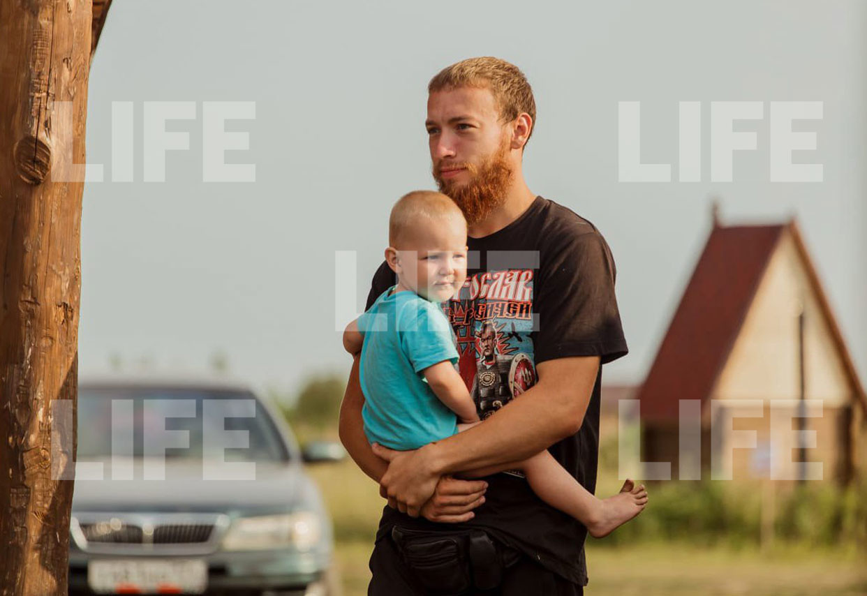 Похититель с ребёнком. Фото предоставлено Лайфу матерью похищенного ребёнка.