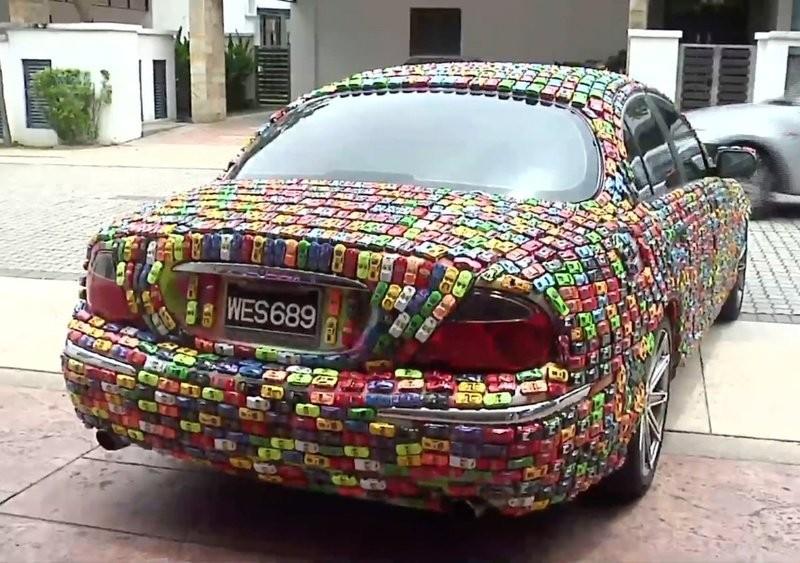 Кадр из видео Lekat kereta mainan pada kereta Jaguar/YouTube. Скрин: © L!FE