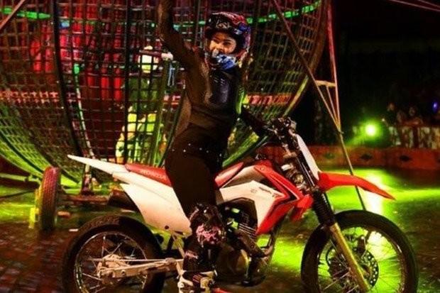 Пострадавшая девушка-мотоциклист. Фото © GANDER'S CIRCUS