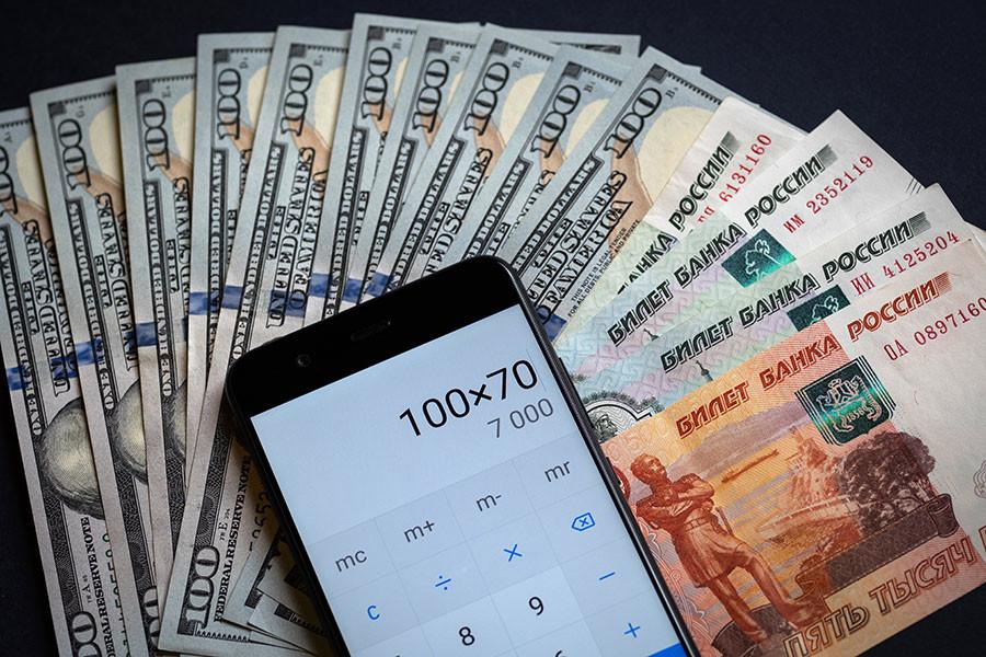 Рубль падает. Что будет влиять на курс в ближайшее время