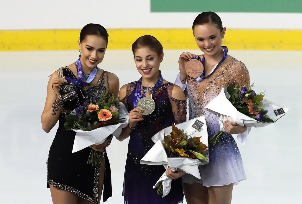 Загитова (слева) дважды встречалась с Косторной (в центре) в этом сезоне и оба раза проиграла. Фото © EPA / SEBASTIEN NOGIER
