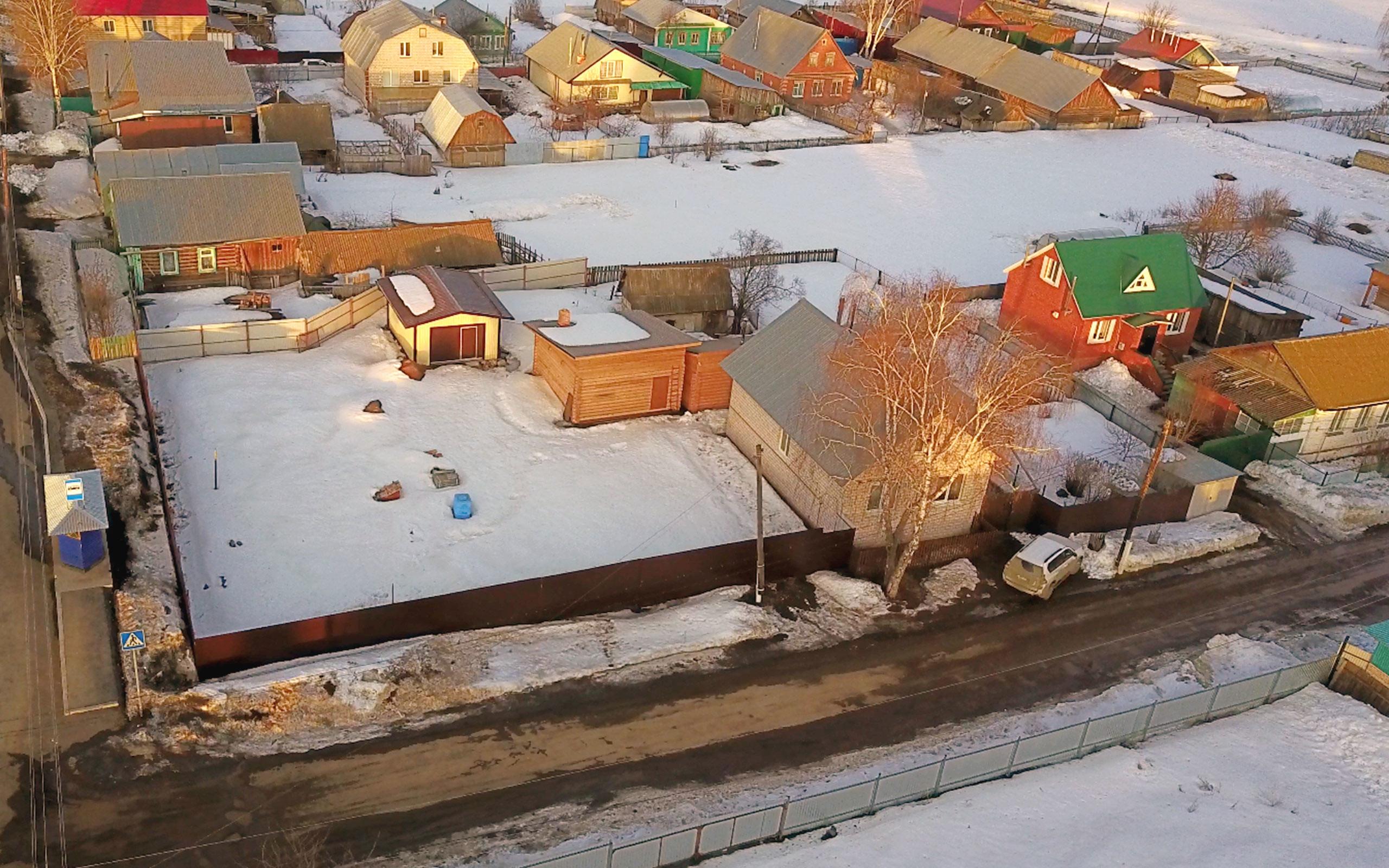 Дом в селе Алнаши (на переднем плане). Фото: © L!FE