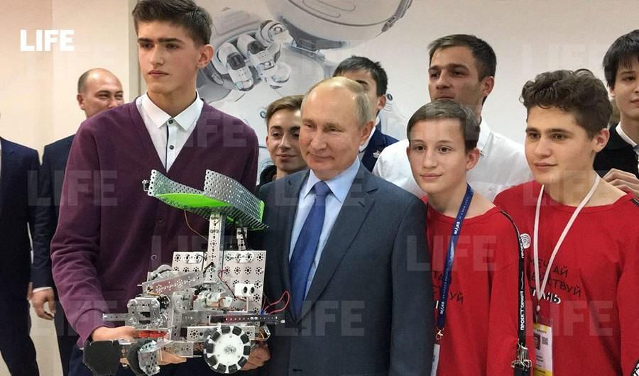 Президент России Владимир Путин с разработчиками робота — сборщика мусора. Фото © LIFE / Павел Баранов