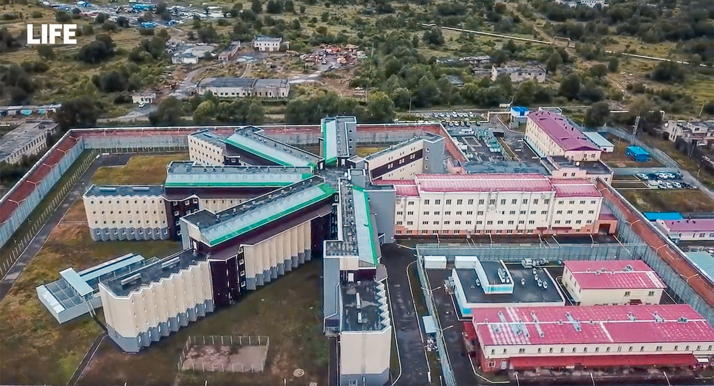 Пристанище для пожизненных.</p> <p> Репортаж из новой колонии особого режима » снежинка»»></p></div> <p>[object Object]Строить ИК-6 начали ещё в 1992 году по шведскому проекту. Но сначала планировали, что здесь будет изолятор временного содержания на 800 заключённых. Вскоре планы изменились. Самую старую российскую колонию «Чёрный беркут» решили закрыть, всех её сидельцев начали партиями перевозить на Дальний Восток.</p> <p> Первый этап был 26 сентября 2017 года.Убийцы, насильники, маньяки, бандиты — свыше ста человек переехали в Хабаровский край. Сотрудники зоны называют их «спецконтингентом» и очень оскорбляются, когда о них говорят «заключённые».</p> <p> Мол, ЗК (зэки) были в прошлом, а теперь лишь осуждённые. Позже стали привозить осуждённых не только из закрывающегося «Чёрного беркута», но и из других колоний для «пыжей» — так нередко называют пожизненно осуждённых.Жизнь заключённых внутри колонии проходит по строгому расписанию и напоминает День сурка — каждый день одно и то же. В шесть утра — подъём, в 22 — отбой.</p> <p> Большую часть времени осуждённые проводят в камере.Камера закрыта на решётку и металлическую дверь с несколькими замками — это засов, обычный и электрический замок. Внутри от пола до потолка идёт решётка, которая перегораживает доступ к окну. На самом окне ещё две решётки — внутри и снаружи.</p> <p> Для человека только что с воли атмосфера в камере тяжёлая и психологически давящая.Каждая камера рассчитана на четверых человек. Но чаще там живут по двое-трое. <div id='stb-container-5077' class='stb-container-css stb-warning-container stb-no-caption stb-image-big stb-ltr stb-corners stb-shadow stb-side'><aside class='stb-icon'><img src='/wp-content/plugins/wp-special-textboxes/themes/stb-metro/warning.png'></aside><div id='stb-box-5077' class='stb-warning_box stb-box' >По правилам, сидельцам полагается кровать, ящик для личных вещей, ящик для зубной пасты и шампуня.Фото: © LIFE 1 / 8Есть ещё стол с двумя металлическими стульями, прибитыми к пол