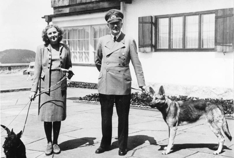 Адольф Гитлер и Ева Браун в Бергхофе. Гитлер выгуливает Блонди. Фото © Wikipedia