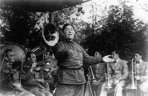 Выступление Утёсова на фронте,1942 год. Фото: © Wikipedia.org