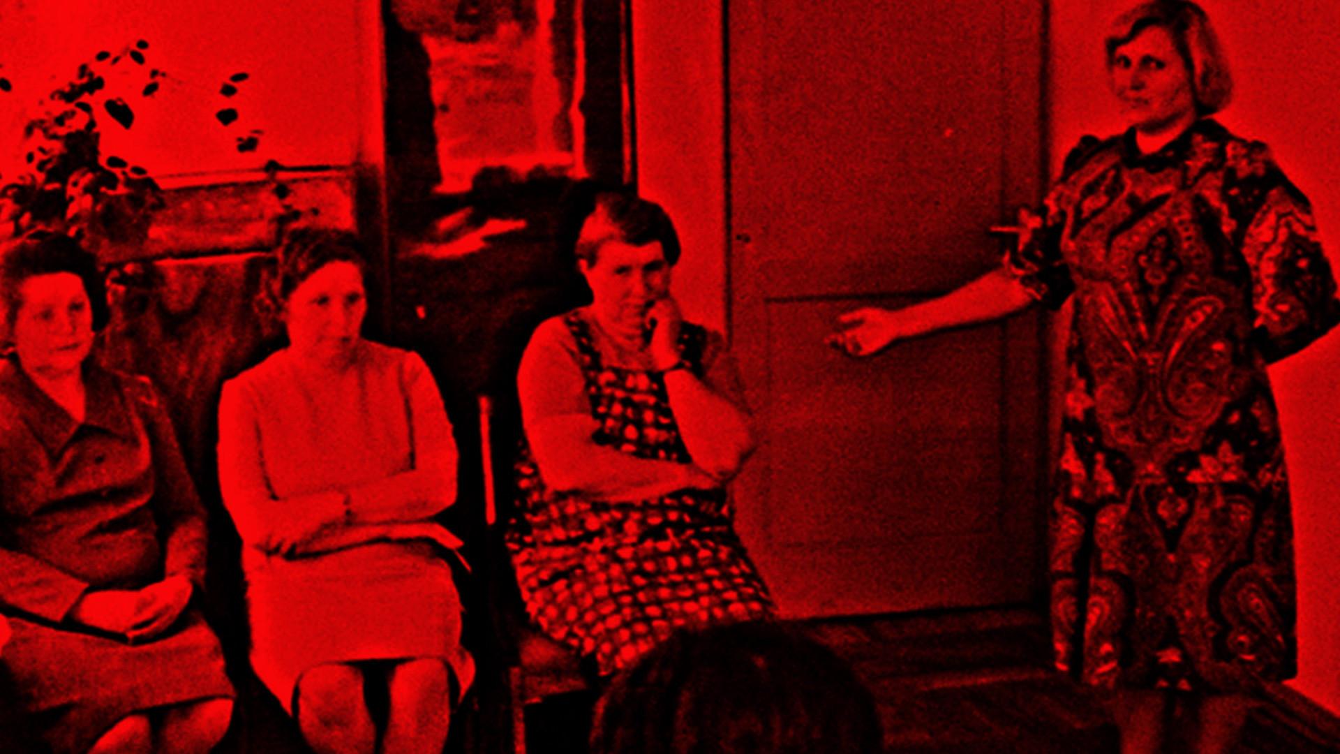 Свидетельница опознала Антонину Макарову (крайняя справа из сидящих). Коллаж © LIFE. Фото © УФСБ по Брянской области