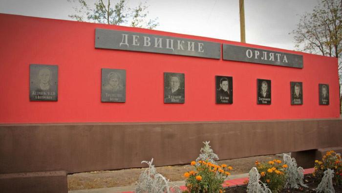 Похоронить ребят удалось, когда наши войска освободили деревню, но памятник поставили лишь в 1967-м. Фото: © новости-россии.ru-an.info