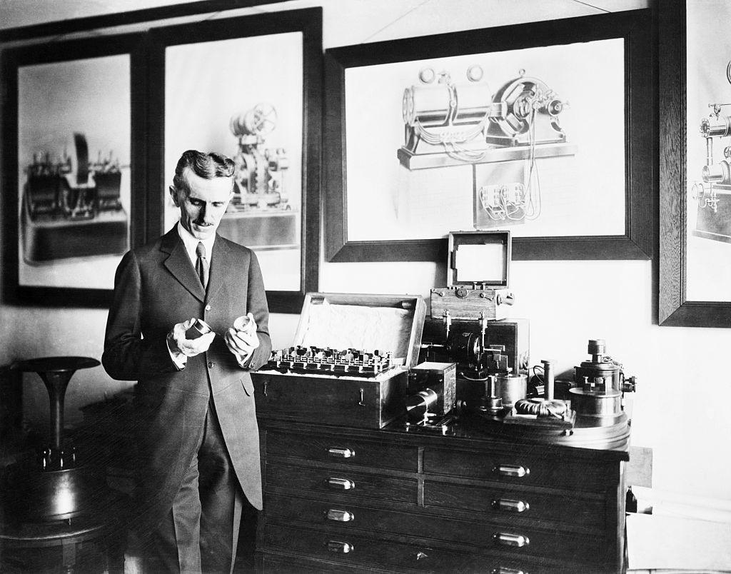 Никола Тесла в лаборатории. Фото © Getty Images