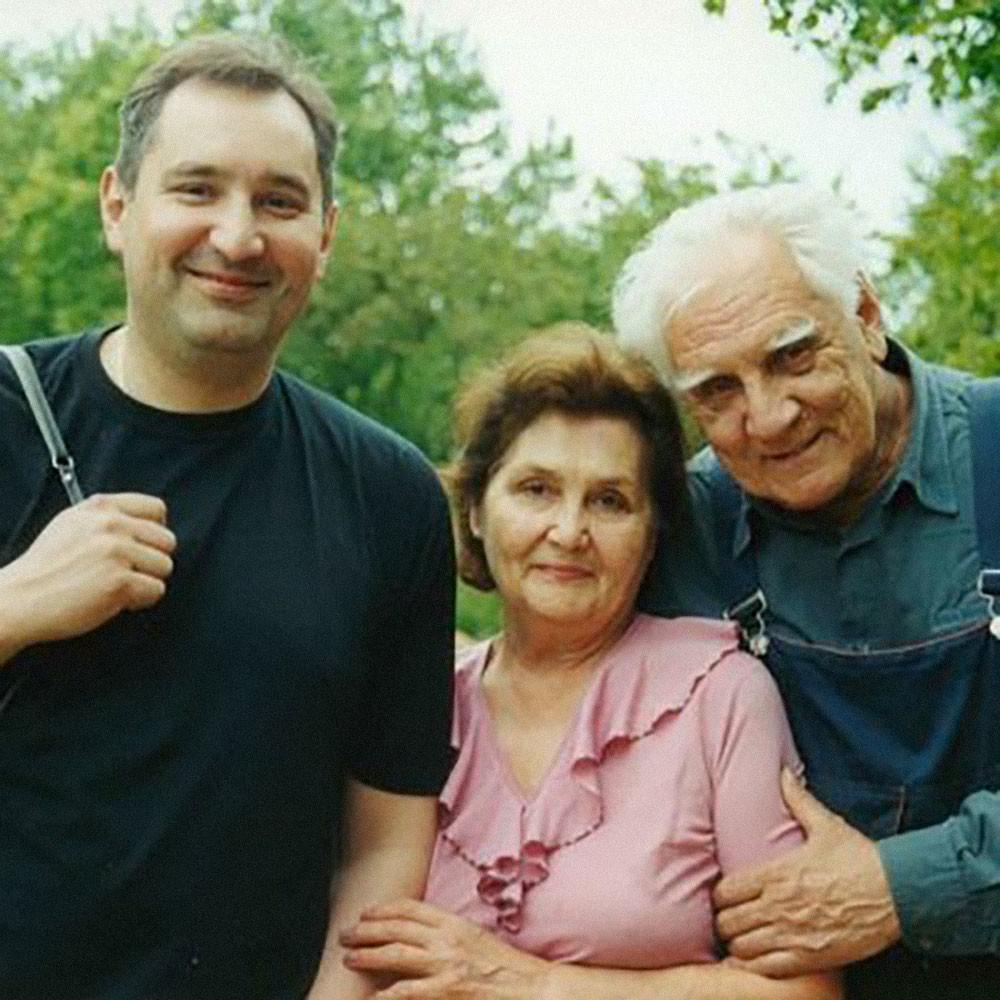 Дмитрий Рогозин с родителями. Фото © Twitter / Дмитрий Рогозин