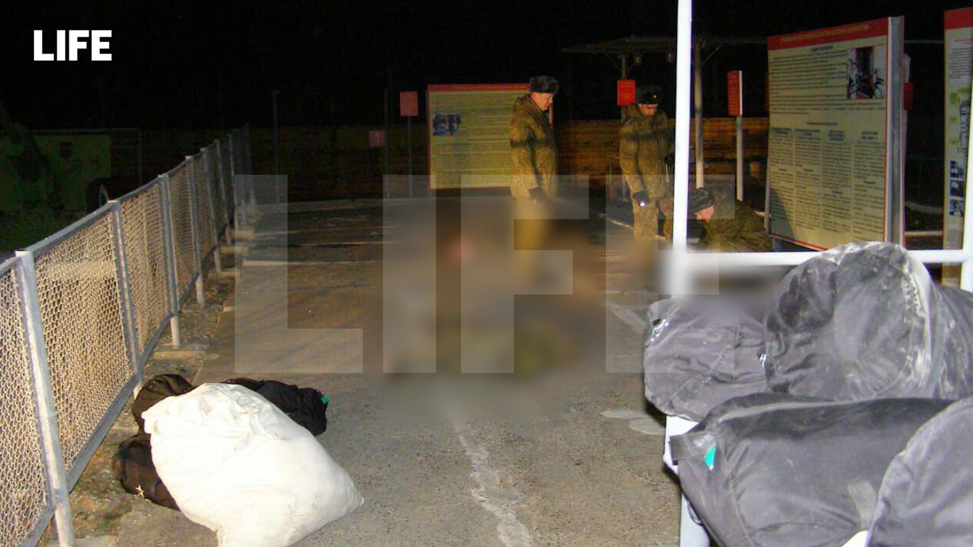 Военные полицейские ведут осмотр места убийства и тел жертв. Фото © LIFE