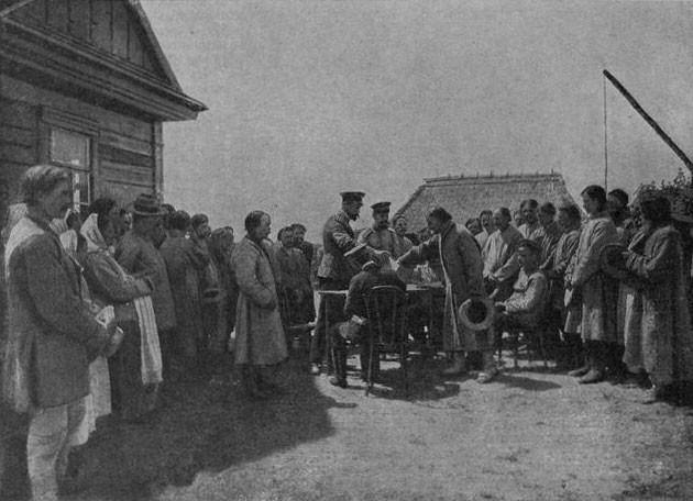 1909 год. Распределение вновь образованных хуторов между домохозяевами в д. Белинок Гродненской губернии. Фото © Wikipedia