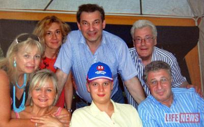 Аллан Чумак дружил со многими знаменитостями, в том числе с Владиславом Третьяком. Чумак-младший - в центре