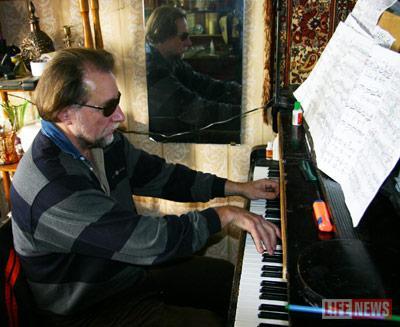 Теперь музицирование дается пианисту с большим трудом