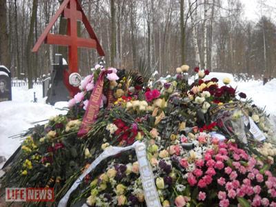 Поклонники продолжают нести цветы на могилу Анны Самохиной - РИА ... | 300x400