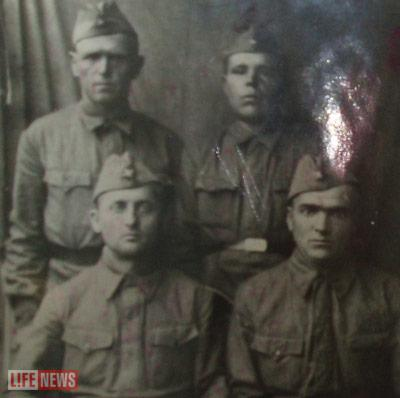 Фронтовое фото с однополчанами - Зензеров внизу слева
