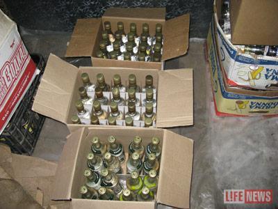 Оперативники изъяли несколько коробок поддельной водки