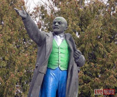 Памятник вождю мирового пролетариата вандалы окрасили в сине-зеленые цвета