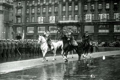В праздничный день Георгий Жуков гарцевал по Красной площади на великолепном белом жеребце