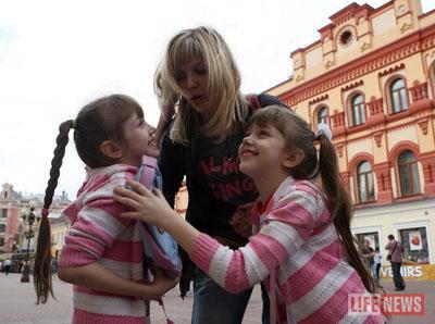 Ирина Лапузина и девочки опоздали в суд