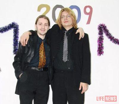 Александр Б.  (слева)