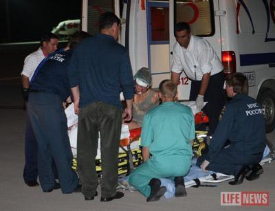 Из машин скорой пострадавших переносили в самолет