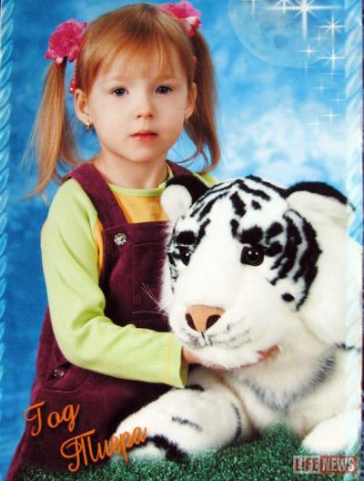 На Новый год Настя сфотографировалась в обнимку с белым хищником - символом наступившего 2010 года