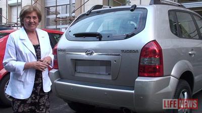 """63-летняя женщина пострадала из-за того, что не почувствовала мелкое касание своей машины с казенным """"мерседесом"""""""